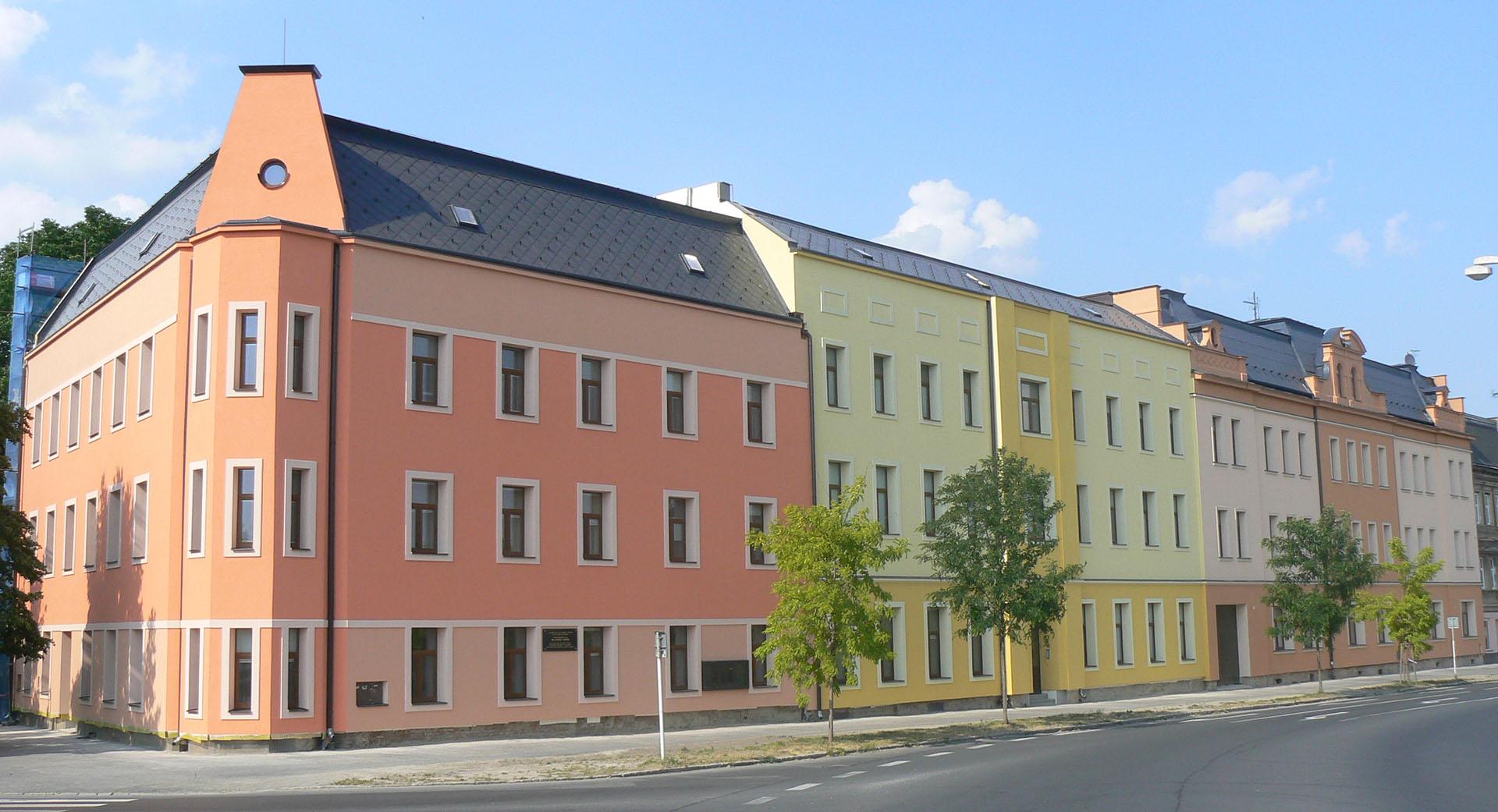 Pohled na školu z ulice